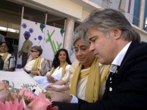 Christian Guellerin, directeur de L'École et Geetha Narayanan, fondatrice et directrice de Srishti School of Art Design and Technology Signature du partenariat 14 janvier 2011