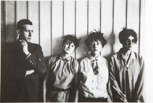 Marcel Breuer et des étudiantes féministes, 1927. Bauhaus, Könemann, P. 104