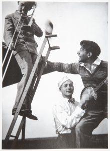 L'orchestre du Bauhaus sur le toit de la Preilerhaus à Dessau, 1928. Bauhaus Könemann, p. 149