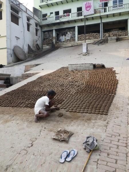 Préparation des galettes de bouses - Varanasi