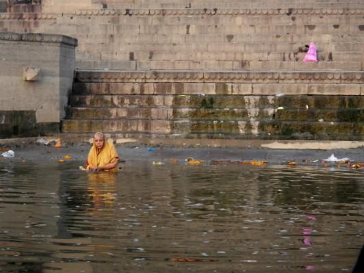 Femmes faisant sa toilette dans le Gange - Varanasi