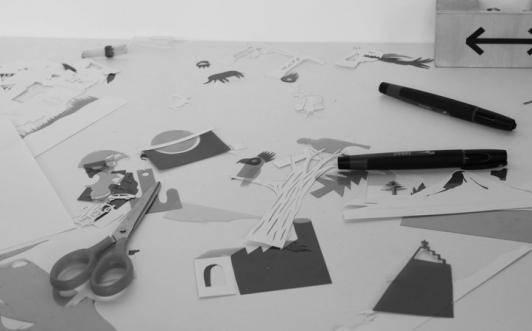 Atelier découpage de rhodoïds colorés. Seconde étape dans une chambre noire. Retour en enfance garantit.