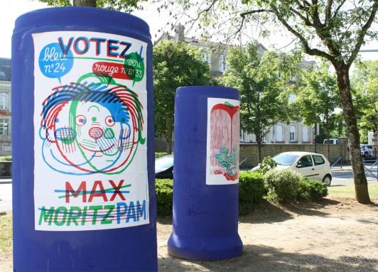 Affiches sur les colonnes de béton bleues.