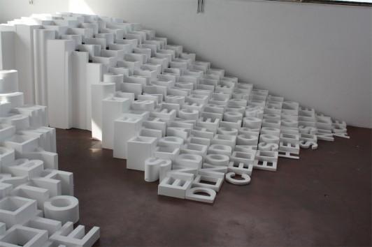 Jeux de hauteurs. Lettres découpées dans du polystyrène. Le message est à lire en hauteur.